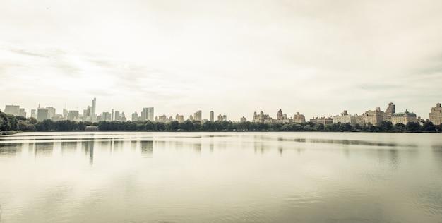 Imagen mínima del horizonte de nueva york desde el área del parque central