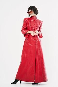 Imagen de moda mujer en una capa roja en pleno crecimiento.