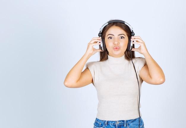 Imagen de una modelo de mujer sonriente con auriculares.