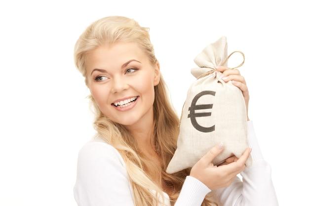 Imagen de mujer con bolsa firmada en euros