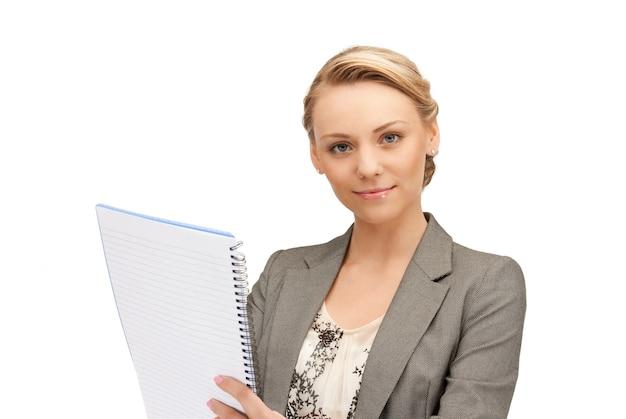 Imagen de mujer feliz con gran bloc de notas