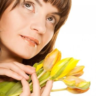 Imagen de mujer feliz con tulipanes amarillos sobre blanco