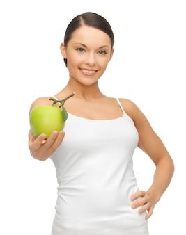 Imagen de mujer hermosa con manzana verde.