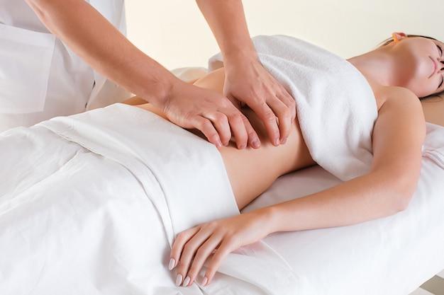 La imagen de mujer hermosa en salón de masajes