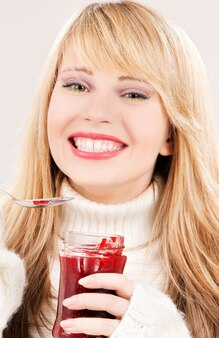 Imagen de niña feliz con mermelada de frambuesa