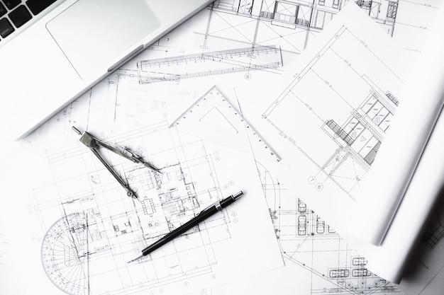 Imagen de objetos de ingeniería en el punto de vista top.construction de trabajo. herramientas de ingeniería.vintage efecto de filtro retro tono, enfoque suave (enfoque selectivo)