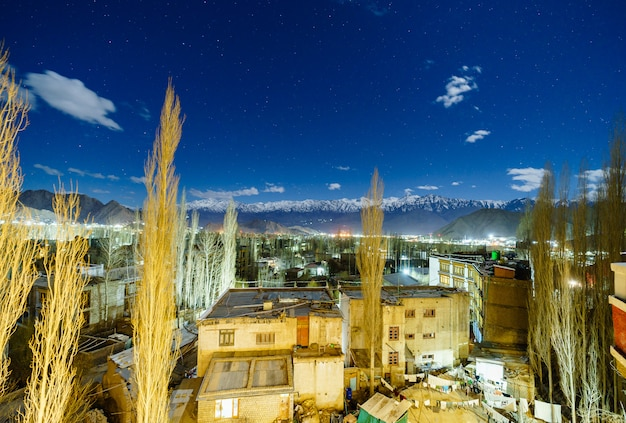 Imagen del paisaje de la ciudad de leh con vista de las montañas y estrellas en el cielo por la noche