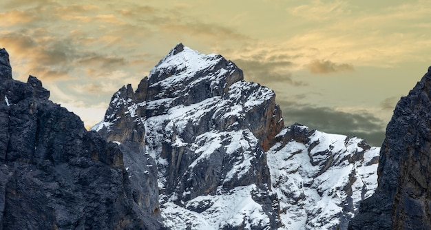 Imagen del paisaje de la naturaleza, montaña de la nieve en daocheng yading, sichuan, china.