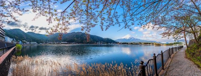 Imagen panorámica del monte fuji y el lago.