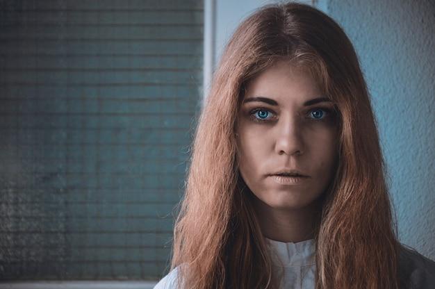 Imagen perturbadora de una foto de retrato de una niña con una enfermedad mental