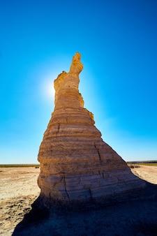 Imagen del pilar de roca blanca bloqueando el sol en el desierto contra el cielo azul