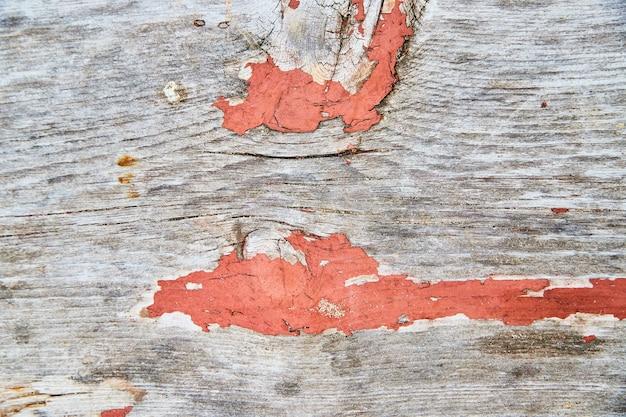 Imagen de pintura naranja pelando de textura de madera de cerca