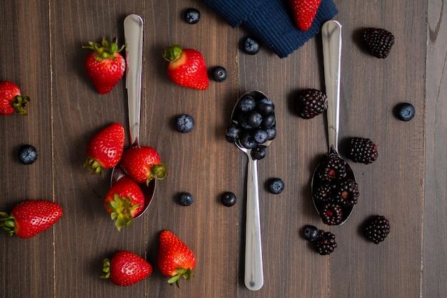 Imagen de primer plano de bayas aisladas, arándano, fresa, mora