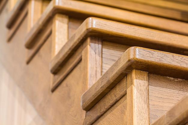 Imagen de primer plano detalle de escaleras de madera de roble en el interior de la casa
