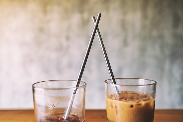 Imagen de primer plano de dos vasos de café helado con pajita de acero inoxidable