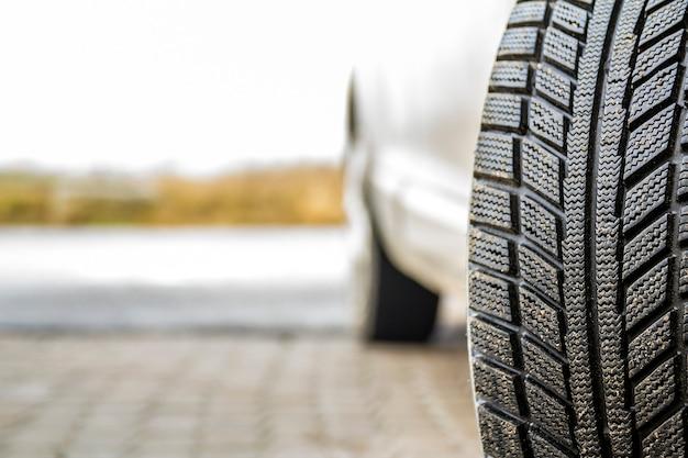 Imagen de primer plano de la rueda del coche con neumático de goma negra