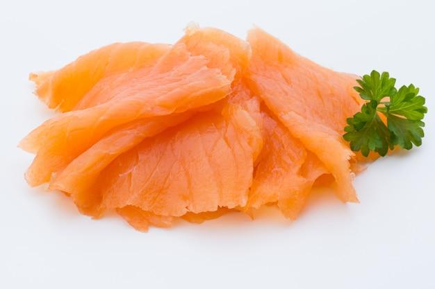 Imagen de primer plano de salmón ahumado, estudio aislado sobre fondo blanco.