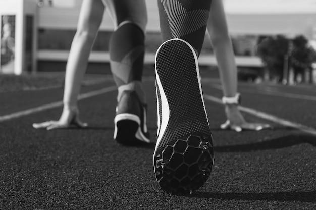 Imagen de primer plano de una zapatilla con pinchos. concepto deportivo.