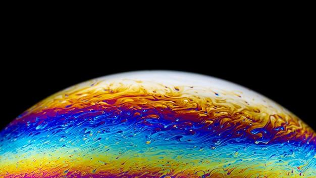 Imagen psicodélica abstracta del primer del planeta multicolor de la burbuja de jabón