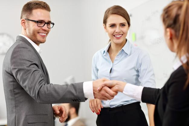 Imagen que muestra al gerente presentando a un nuevo trabajador al equipo