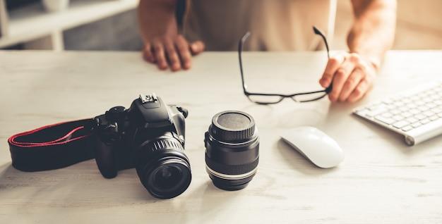 Imagen recortada de apuesto joven fotógrafo.