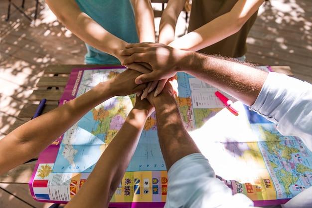 Imagen recortada del equipo de jóvenes amigos multiétnicos