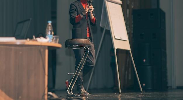 Imagen recortada .lecturer, haciendo un reportaje en la sala de conferencias.