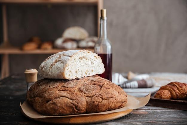 Imagen recortada de mucho pan en la mesa