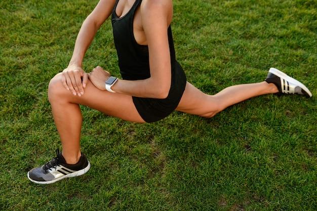 Imagen recortada de una mujer fitness