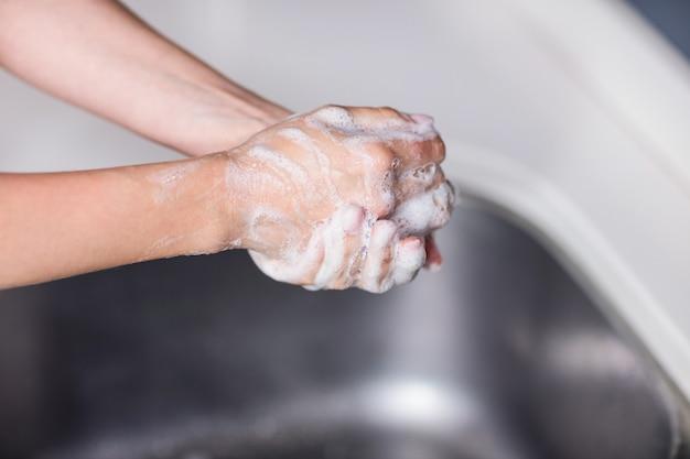 Imagen recortada de mujer limpiándose las manos