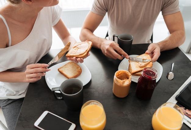 Imagen recortada de pareja desayunando sabroso en la cocina