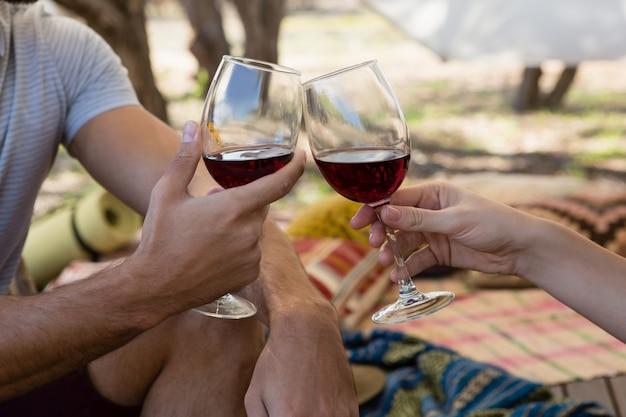 Imagen recortada de una pareja tostando copas de vino