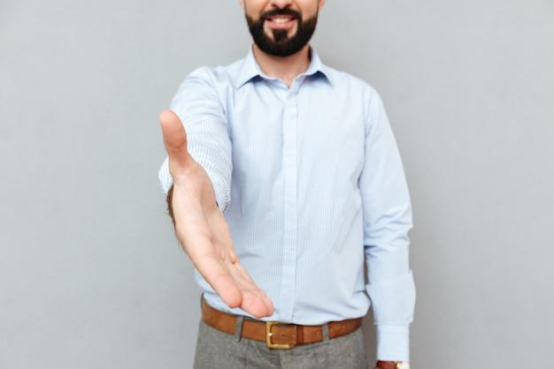 Imagen recortada de sonriente hombre barbudo en ropa de negocios