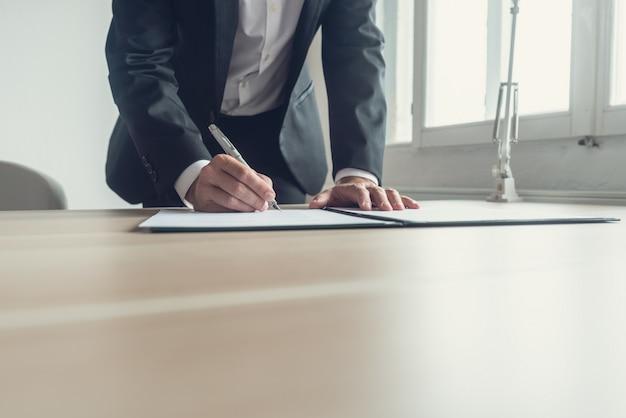 Imagen retro de un abogado firmando testamento