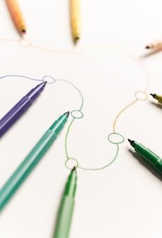 Imagen de ruta lineal con puntos pintados con marcadores de colores sobre papel blanco. espacio para logo, títulos