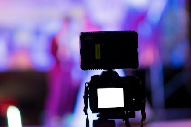 Imagen de silueta de cámara con luces, para tomar fotografías y desenfocar el fondo.