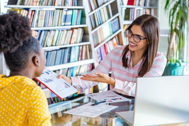 Imagen de socios comerciales que discuten documentos e ideas en la reunión. equipo de proyecto empresarial trabajando juntos en la oficina
