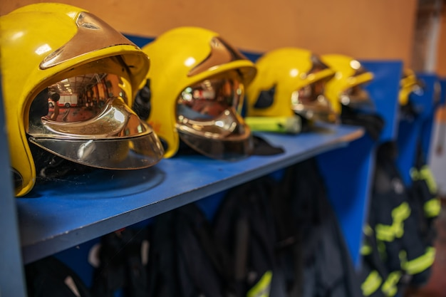 Imagen de traje protector y cascos en cuerpo de bomberos.