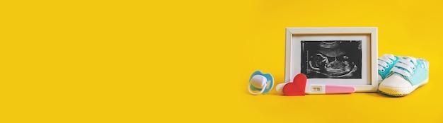 Imagen de ultrasonido de la fotografía y los accesorios de un bebé