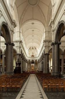 Imagen vertical de la catedral de cambrai rodeada de luces en el norte de francia.