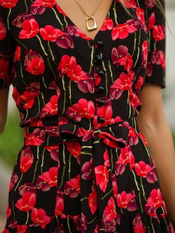 Imagen de un vestido negro con flores rojas