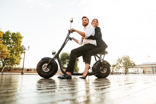 Imagen de vista lateral de cuerpo entero de alegre pareja de negocios