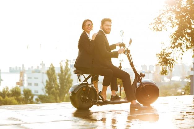 Imagen de vista lateral de cuerpo entero de la feliz pareja de negocios