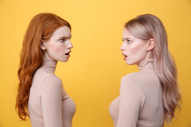 Imagen de la vista lateral de dos jóvenes confundidas