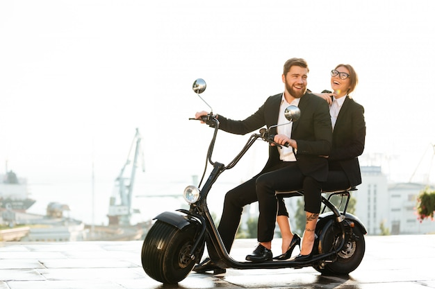 Imagen de vista lateral de longitud completa de risa pareja de negocios
