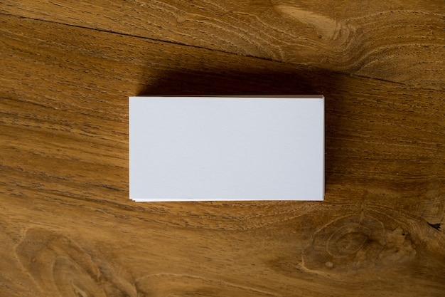 Imagen de la vista superior de la pila de tarjetas en el fondo de la mesa de madera