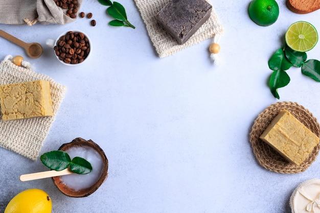 Imágenes de arriba hacia abajo de productos de baño natural sin marca