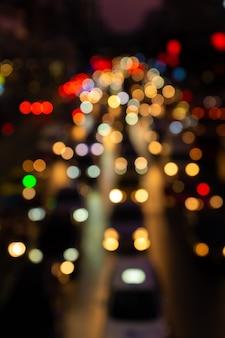 Imágenes borrosas atasco de tráfico en una calle ancha. luces de freno borrosas. denso tráfico de la ciudad. intercambio de transporte. imágenes nocturnas