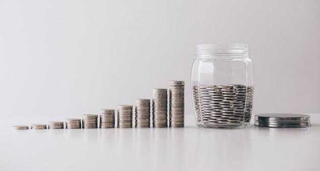 Imágenes de crecimiento apilando monedas