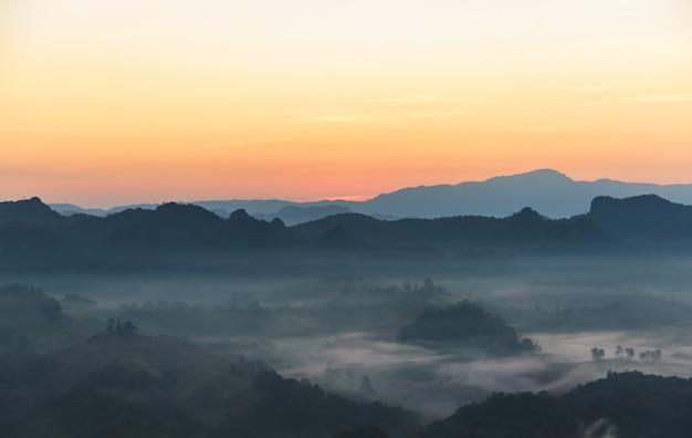 Imágenes de paisajes de cielo, complejo montañoso y niebla blanca que se mecen en la mañana, en las altas montañas